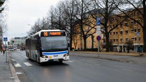 Kuopion Liikenteen bussi Tulliportinkadulla.