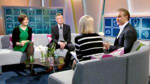Studiossa vasemmalta Auli Packalen, Ossi Lindroos, Kalle Salmi ja Sanna Savikko