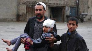 Mies kantaa loukkaantunutta pikkutyttöä.