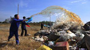 Kiinalaisviranomaiset tuhoavat takavarikoituja väärennettyjä lääkkeitä syyskuussa 2010.