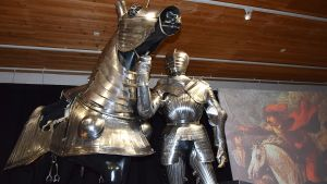 Haarniskoitu hevonen ja ritari näyttelyssä