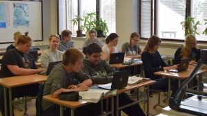 Kesämäenrinteen koulun 9E-luokka käyttää chromebookeja ruotsin tunnilla.