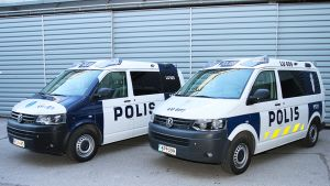 Uuden ja vanhan värityksen mukaiset poliisiautot.