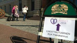 Naisia menossa Ilmoittautumaan Varvara 2016 -valmiusharjoitukseen
