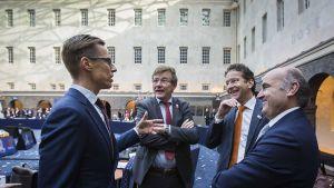 Alexander Stubb, Belgian valtiovarainministeri John Robert Overtveldt, euroryhmän puheenjohtaja Jeroen Dijsselbloem ja Espanjan valtiovarainministeri Luis de Guindos keskustelevat.