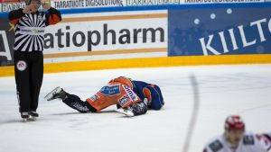 Tapparan Jukka Peltola makaa jään pinnassa.