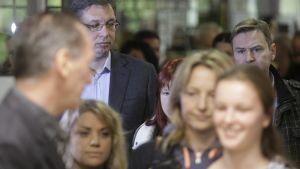 Serbian pääministeri Aleksandar Vučić äänestyspaikalla Belgradissa 22.4..