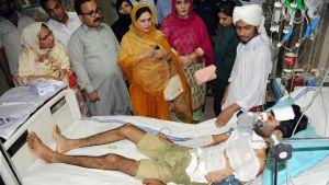 Myrkytyksen saanut mies makaa sairaalavuoteella.