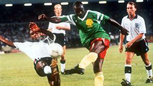 Kuvassa keskellä kamerunilainen jalkapalloilija Roger MIlla.