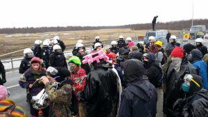 Aktivisteja ja poliiseja Pyhäjoella
