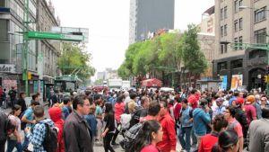 Jalankulkijoita ruuhkassa. Pääkaupunkiseudun asukkaat tekevät päivittäin 4,2 miljoonaa työmatkaa yksityisautoilla Méxicon keskusta-alueille. Osasyynä on puutteeellinen julkinen liikenne.