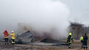 palomiehiä ja savua