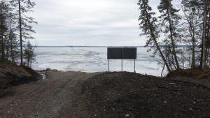 Nuasjärven rantaa kohdasta, mistä Terrafamen purkuputki menee järvelle.