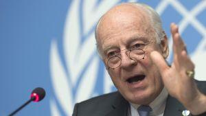 YK:n Syyria-lähettiläs Staffan de Mistura puhui lehdistötilaisuudessa Sveitsin Genevessä torstaina.