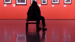 Henkilö katsoo valokuvanäyttelyä.