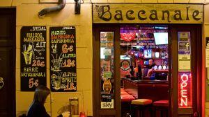 Roomalainen baari. Baariillat eroavat eri kaupunkien välillä Italiassa. Esimerkiksi Milanossa käydään yökerhoissa, kun taas Roomassa ihmiset viettävät aikaansa kaduilla ja piazzoilla.