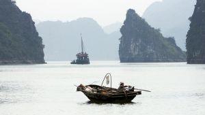 Vietnamilainen kalastaja Halongin lahdella Vietnamin koillisrannikolla.