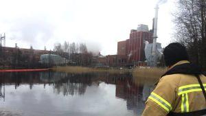 Öljyntorjuntaa Heinolassa Stora Enson tehtaalla.