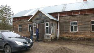 vanha kunnostettavana oleva talo