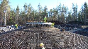 Tuulivoimalan perustusten tekoa Kristiinankaupungin Metsälässä.