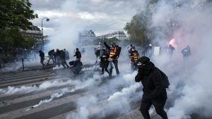 Mielenosoittajat ottivat yhteen mellakkapoliisien kanssa Pariisissa 28. huhtikuuta.