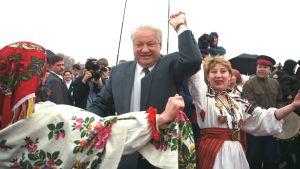 Venäjän presidentti Boris Jetsin juhli vappua Moskovassa vuonna 1996.