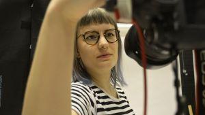 Ninni Vidgren ottaa kuvaa itsestään studiossa.