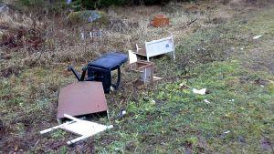 Huonekaluja jätetty tien varrella.