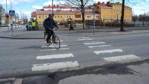 Mies ylittämässä suojatietä Seinäjoella Marttilan koulun edessä.