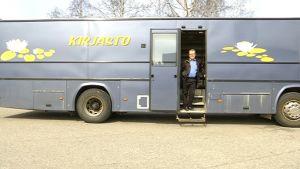 Joensuulainen Kari Pesonen osti Mikkelin kaupungin kirjastoauton.