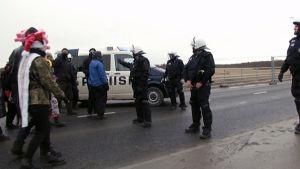 Ydinvoimaa vastustavien mielenosoittajien ja poliisin kohtaaminen Pyhäjoella tiistaina.