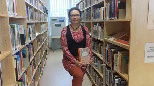 Sari  Peltoniemi kirjastossa.