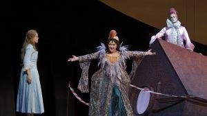 Igor Stravinskyn Hulttion tie -oopperan Baba on Päivi Nisulan viimeinen rooli Kansallisoopperassa ennen eläkepäiviä.