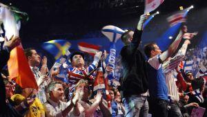 Liput liehuvat Euroviisukilpailussa.
