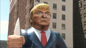 Donald Trumpia esittävä nukke mielenotoituksessa Los Angelesissa.