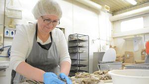 Kalakukkoleipuri valmistaa kalakukkoja.