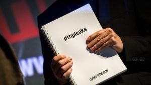 Vuodetut asiakirjat Saksan Greenpeacen tiedottajan Volker Grassnerin kädessä.