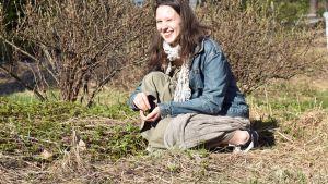 Sofia Autio poimii vuohenputkea pihaltaan.