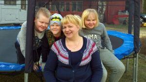 Elisa Kettusen perheeseen kuuluu kaksi biologista ja yksi adoptiolapsi. Kuvassa äidin kanssa Nelli, Eemeli ja Vilijami.
