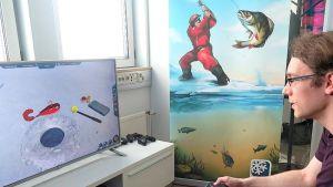Mies pelaa virtuaalista pilkkipeliä.
