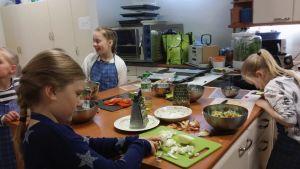 Lapset kokkaavat.