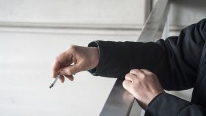 Tupakointia parvekkeella.