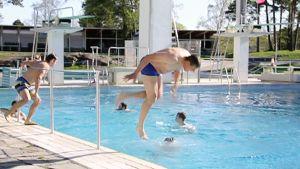 Uimareita Helsingin uimastadionilla sunnuntaina.