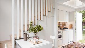 Vain 15,5 neliön kodissa ulko-ovi avautuu suoraan keittiöön rappukäytävästä, ei ulkoa, kuten tässä esittelykontista otetussa kuvassa. Vastapäätä keittiötä on WC. Ruokapöydän voi vetää ulos parvelle johtavien rappujen alta.