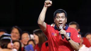 Rodrigo Duterte puhuu kannattajilleen kampanjatilaisuudessa.