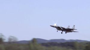 Amerikkalainen F-15-hävittäjä nousee taivaalle.