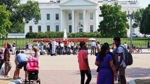 Valkoisen talon edusta.