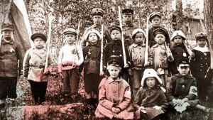 Lapsia sotaisassa yhteiskuvassa.