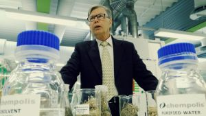 Toimitusjohtaja Esa Rousu Chempoliksen laboratoriossa.