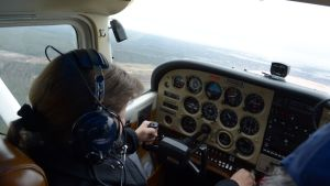 Jenny Hirsikangas lentää pienkonetta.